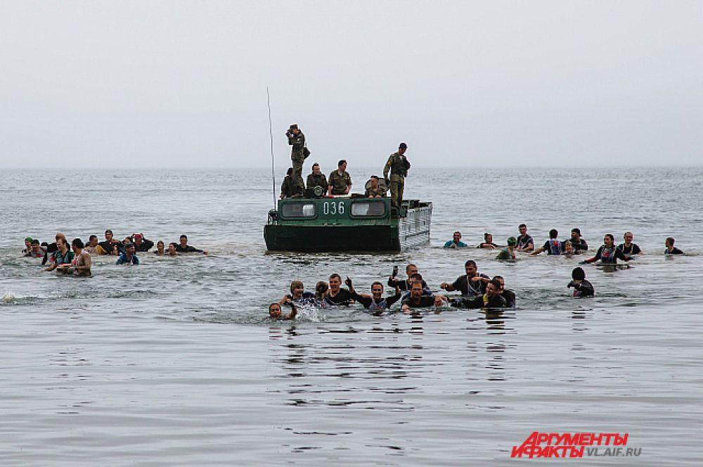 С десантного корабля участники пересаживались на понтон. Затем - за борт! Заодно и помылись.