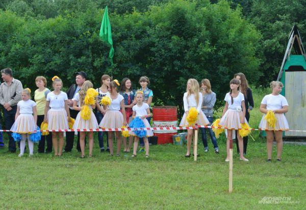 Всех участников поддерживала группа поддержки. Девочки в белых костюмчиках размахивали яркими помпонами и выкрикивали заученные речевки.