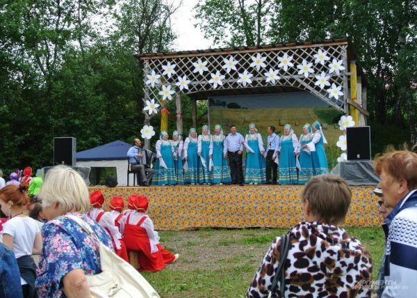 На специально оборудованной сцене проходил фестиваль народных коллективов. На него приехали ансамбли со всего края.