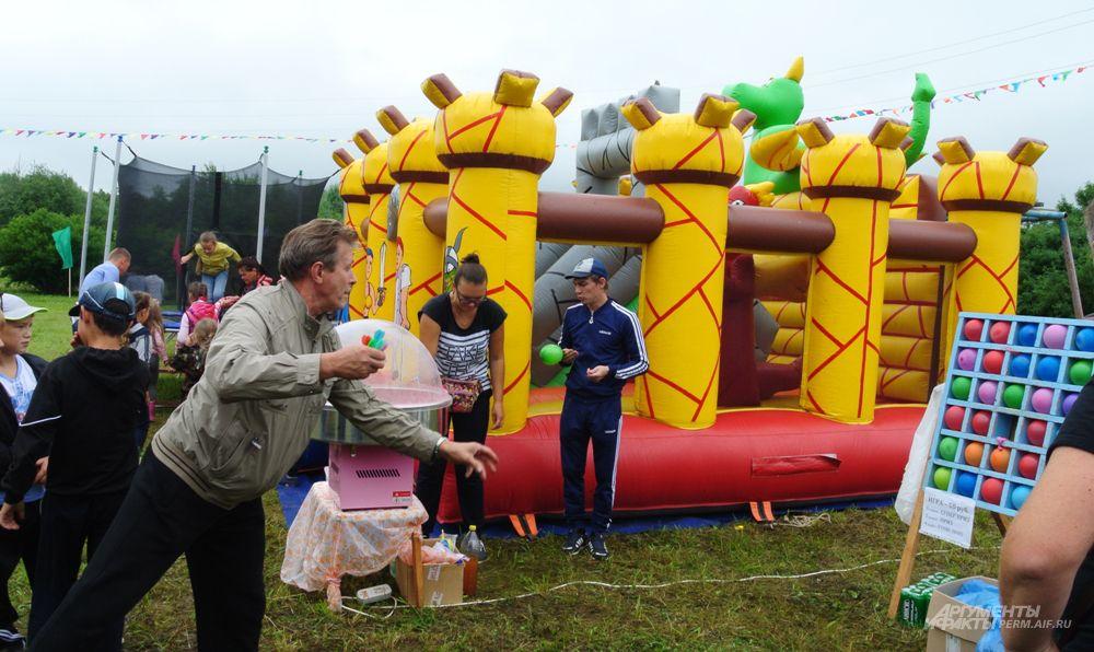 В День села все местные жители собрались на местном стадионе, где для них уже были приготовлены разные развлечения. Например, дети могли попрыгать на батуте, а взрослые, ожидая их, «пострелять» по воздушным шарам.