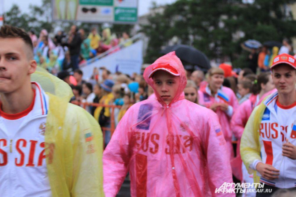 Дождь некоторых спортсменов заставил облачиться в дождевики.
