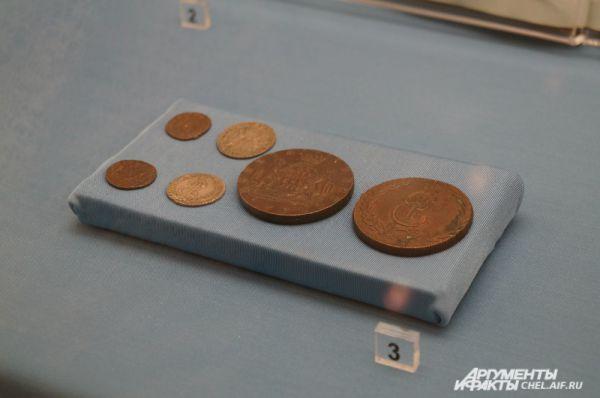 Монеты (денга), чеканенные для Сибири во времена Екатерины II, номиналом 10 и 20 копеек. Материалом служили медь и серебро, а по размеру такие деньги занимают не меньше ладони взрослого человека.