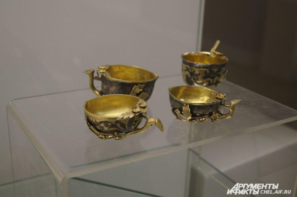 Из таких чарок пили Сибиряки в конце XVIII века. Крохотные сосуды как бы намекают, что в то время жители этой местности ещё не считались «суровыми».