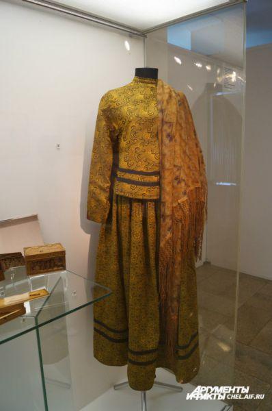 Женский костюм охристого цвета из хлопчатобумажной ткани. Подобные ему носили сибирячки начала XX века.