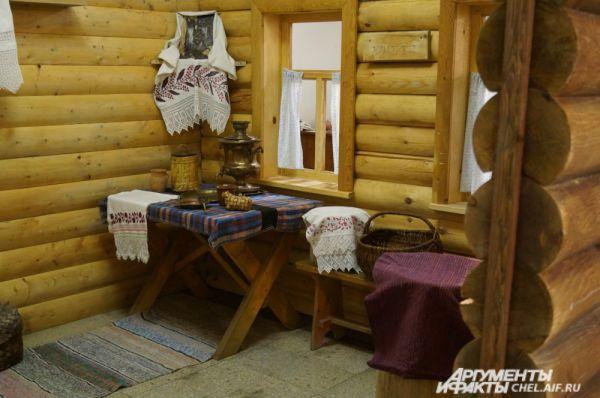 Воссозданная бревенчатая изба, которую строили для жилья первые сибирские поселенцы.