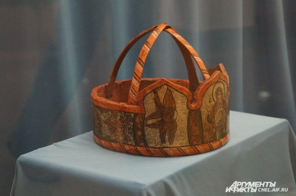 Брачный венец для невесты, выполненный из дерева.