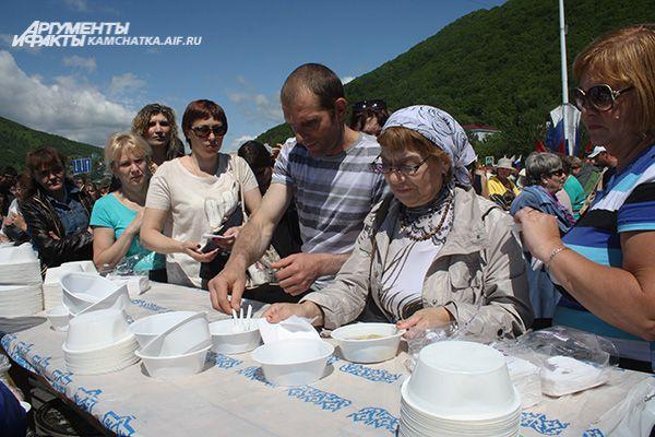 Для гостей праздника приготовили вкуснейшую рыбацкую уху.