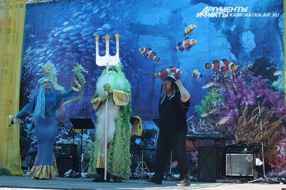 Праздничная программа началась с театрализованного шествия повелителя морей Нептуна и его свиты.
