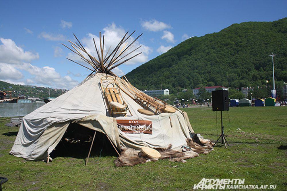 На поляне массового одыха горожан работало «стойбище аборигенов».