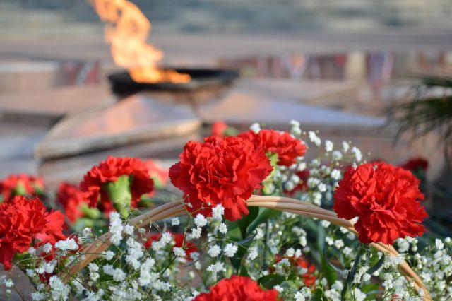 На фото - Вечный огонь в Сквере памяти Героев.