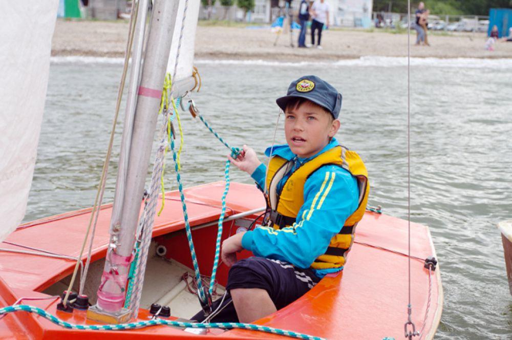 На волнах дети боролись с ветром и уверенно вели свои яхты к финишу.