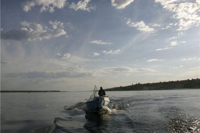 на волге перевернулась лодка с рыбаки