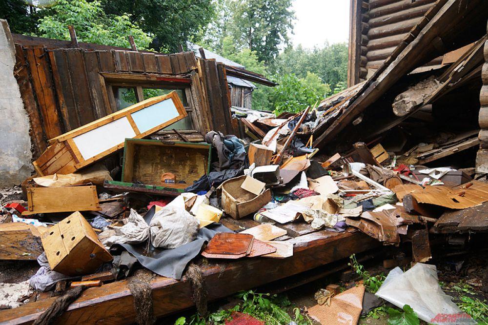 На данный момент в администрации Ленинского района решается вопрос об ускорении рассмотрения дела по переселению жильцов из аварийного дома.