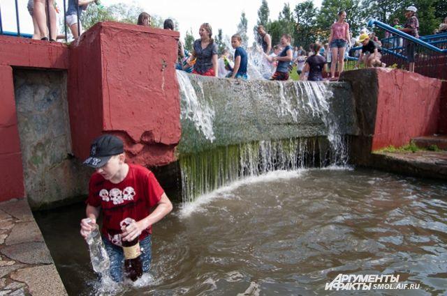 Водная битва на каскадном фонтане в 2014 году.