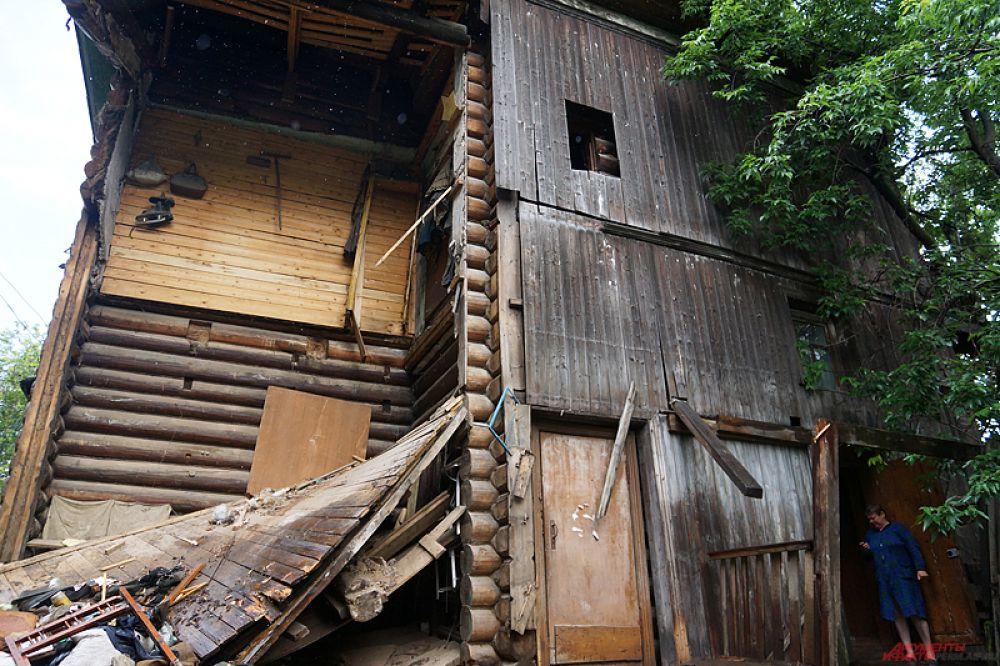 У старого барака по адресу 2-ая улица Луначарского, 3А, отвалилась часть стены.