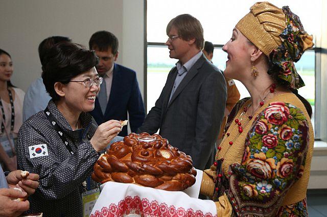 Гостей встречали с хлебом-солью.