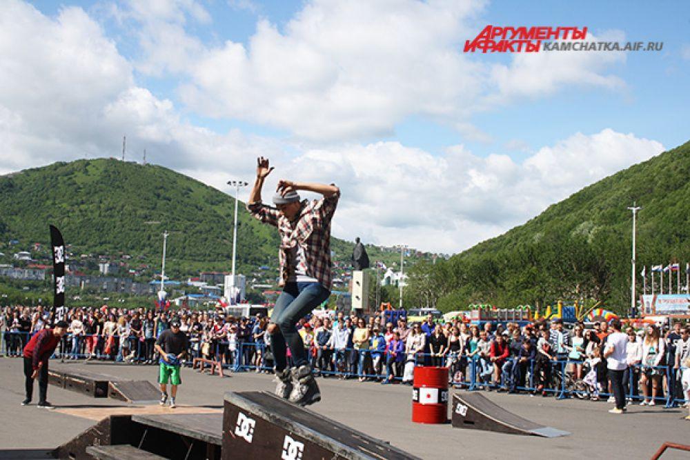 Экстремальное катание на роликовых коньках с выполнением трюков очень зрелищный и захватывающий вид спорта.