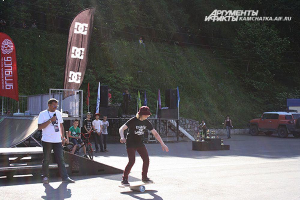 Зрителям предлагали попробовать свои силы на балансборде. Это тренажер равновесия для людей увлеченных сёрфингом, сноубордом, вейкбордом, скейтбордом и другими досочными активностями. Балансборд развивает вестибюлярный аппарат и позволяет понять, как распределить вес тела, стоя на доске.
