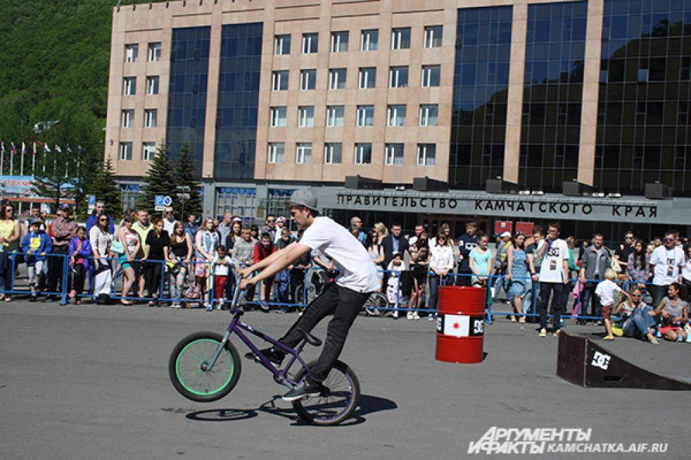 BMX Flatland— это один из экстремальных видов спорта в BMX, сочетающий в себе красочность и зрелищность выполнения трюков с велосипедом на плоской поверхности, не требующей никакого дополнительного оборудования.