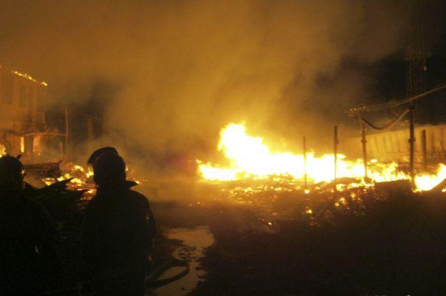 Деревянные строения были объяты пламенем.