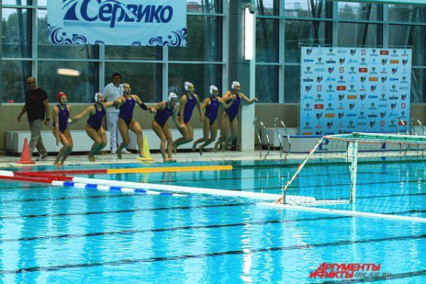 Команда входит в воду.