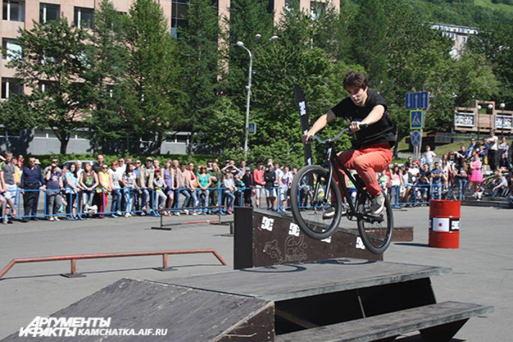 В этот день в воздухе оказывались райдеры, велосипеды, скейты. Только у роллеров транспорт надёжно закреплён на ногах.