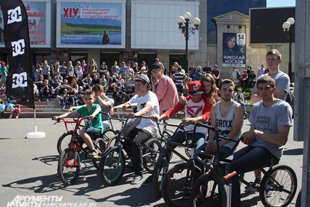 Участники дисциплин BMX flat и BMX street ждут начала заездов. Через несколько минут они на своих велосипедах окажутся в воздухе, делая невероятные трюки.