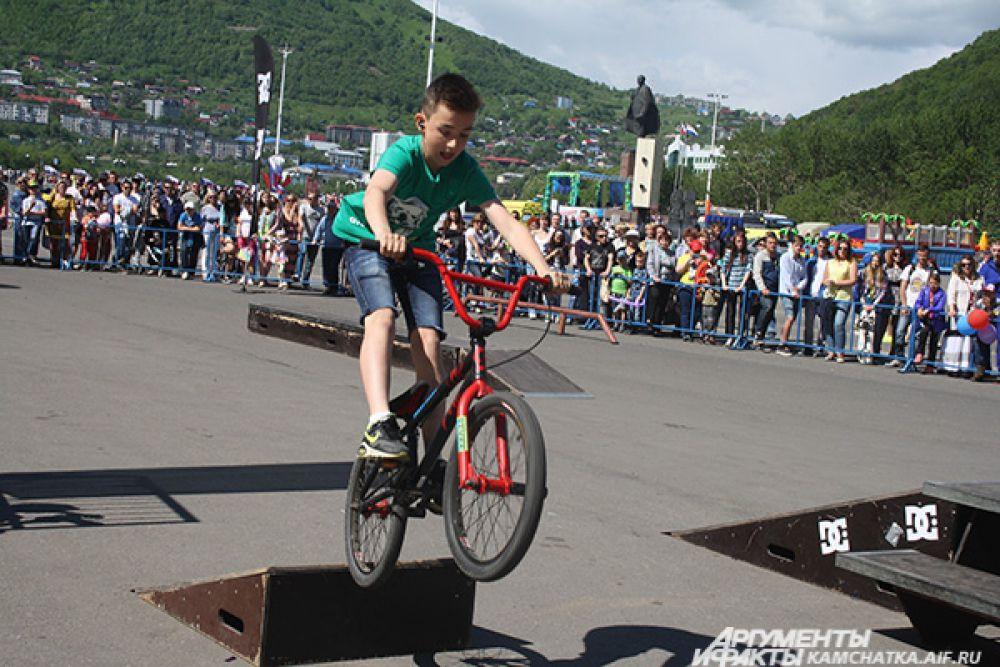 Самый юный участник соревнований. Этот велосипед весит больше, чем сам спортсмен!