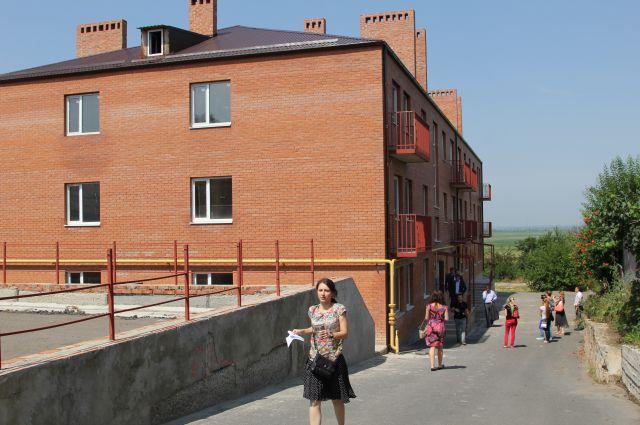 В Азове дольщиков не заселяют в построенный дом.