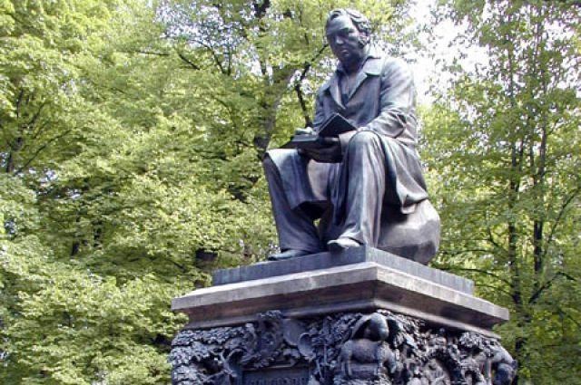 Деньги на памятник присылали со всей России.