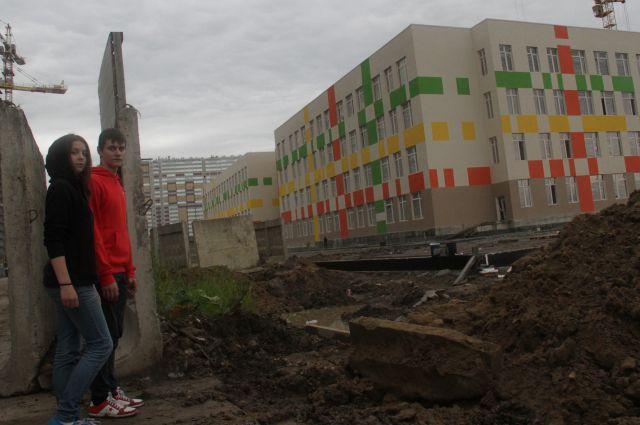 Обещали четыре школы, но не могут построить и одну.