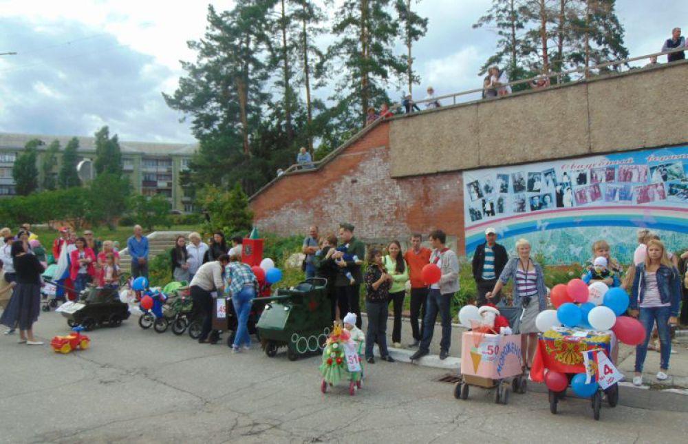 Участники парада ждут результатов.