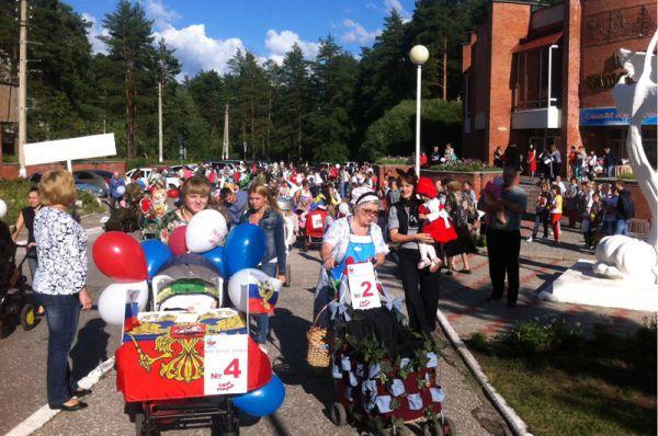 Начало парада. Танки, кремли, ботинки, цветы жизни двигаются ко Дворцу бракосочетания