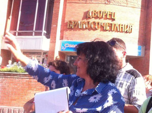 Анна Немоляева, председатель клуба активных родителей  оценивает креативность подхода и костюмы участников парада детских колясок