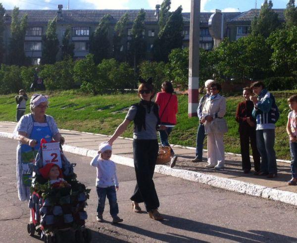 Красная шапочка вместе с бабушкой  и мамой двигаются на парад.