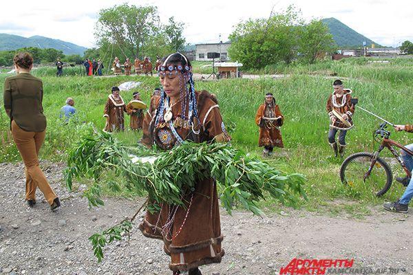 Женщины провели национальный обряд заманивания рыбы в море.