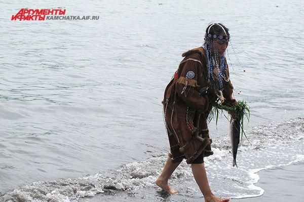 А затем отправляют в свободное плавание под звуки бубна и обрядовые молитвы на ительменском языке.