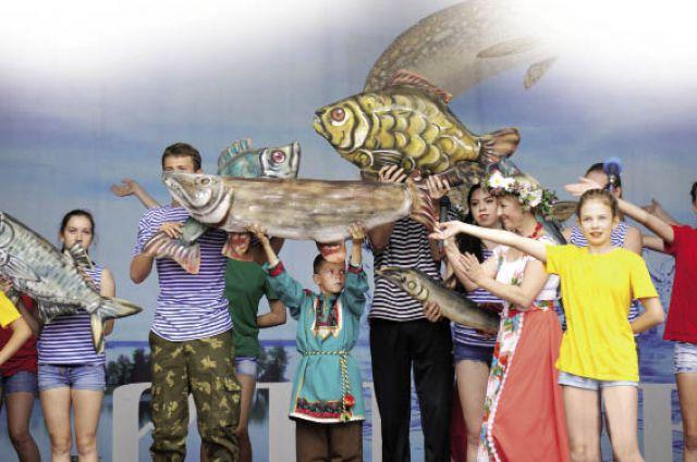 На празднике выступили местные вокальные и танцевальные коллективы.