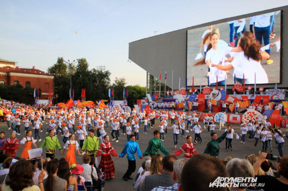 Перед зрителями выступили танцевальные коллективы Иркутска.