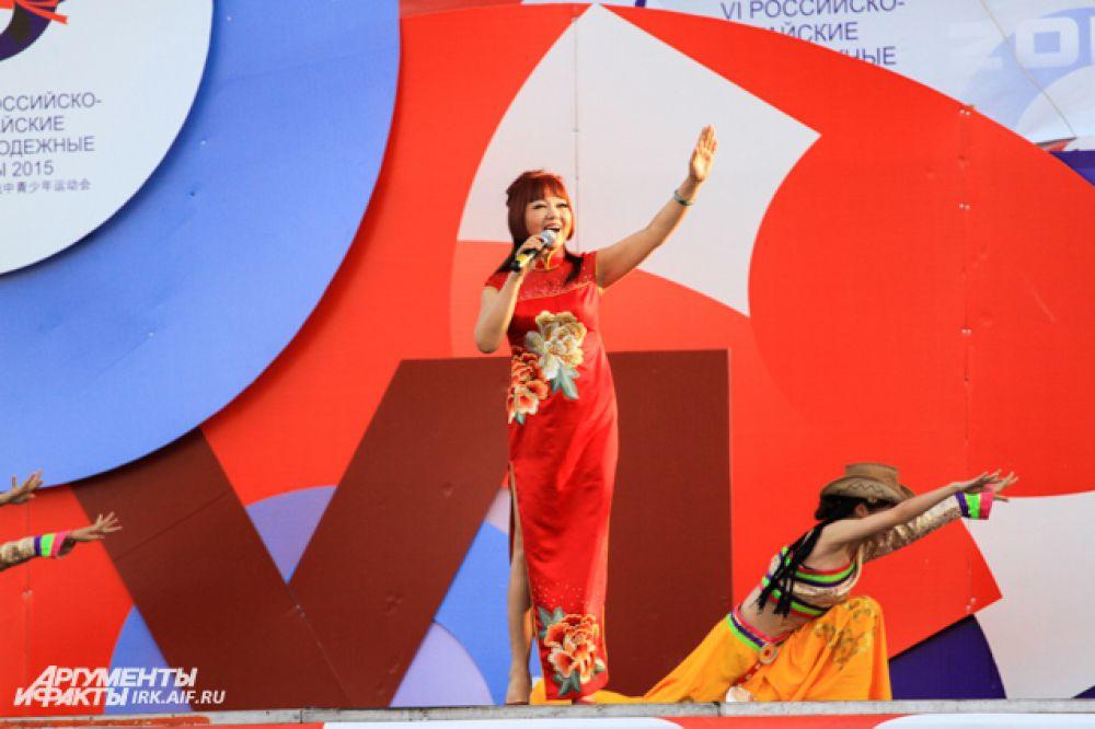 Особо бурные аплодисменты зрителей сорвала китайская певица.