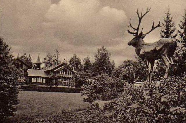 Скульптура оленя на фоне охотничей усадьбы кайзера Вильгельма II.