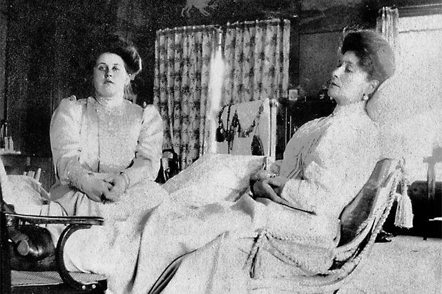 Императрица Александра Фёдоровна и Анна Александровна (слева).
