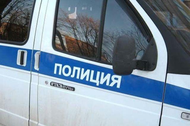Полицейский выясняют обстоятельства аварии.