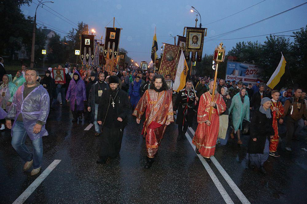Впереди колонны следовали казаки, несущие иконы и хоругви, а за ними – все остальные православные верующие. Колонна растянулась примерно на 2-3 км.