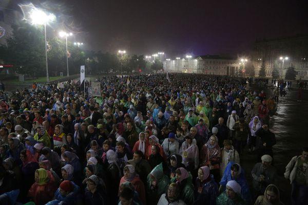 В два часа ночи, после Божественной литургии, верующие начали молитвенное шествие по маршруту, которым в 1918 году провезли членов императорской семьи: через центр города, ВИЗ, Таганский ряд, Сортировку, поселок Шувакиш.