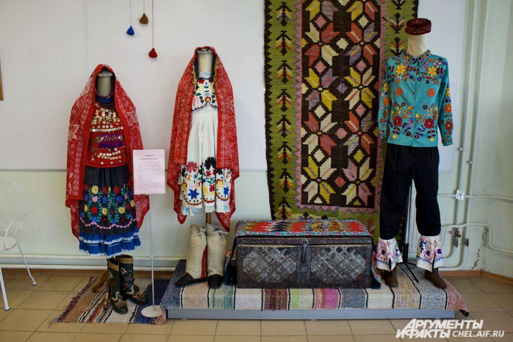 Народные свадебные костюмы. Платья шились специально к торжеству из покупной ткани. Повседневная одежда, как правило, была из домотканой. В зависимости от достатка семьи платья могли быть украшены различной вышивкой, шнурами и бисером.