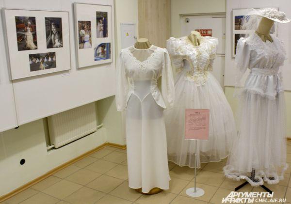 Платья 90-х годов ХХ века. В моду вернулись пышные юбки и свадебные шляпки.