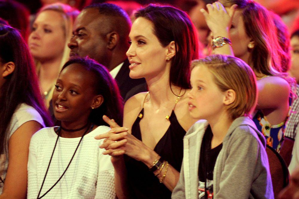 Анджелина Джоли с детьми Захарой Марли Джоли Питт и Шило Нувель Джоли-Питт.
