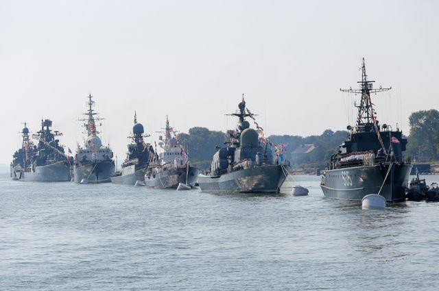 Парадный строй кораблей в Калининградском морском канале в г. Балтийске.