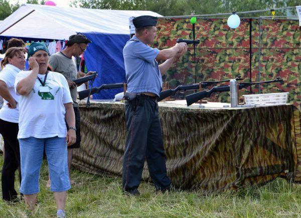 В тайге умение метко стрелять не лишнее даже для полицейского